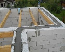 Монолитный бетонный армопояс внутри газобетонной стены