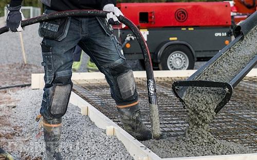 Уплотнять бетон следует сразу во время его заливки в опалубку