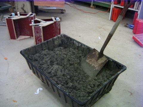 Для самостоятельного замешивания бетона понадобится небольшая емкость и лопата
