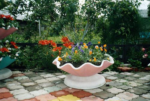 Бетонные уличные вазоны незаменимы для украшения сада или придомовой уличной территории