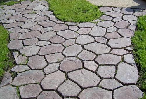 Садовая дорожка из бетона долговечна и не требует особого ухода