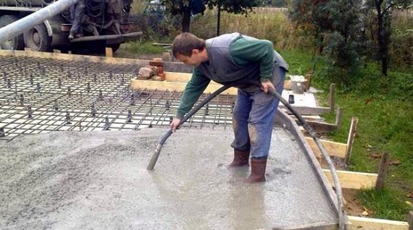 Уплотнение раствора специальной машиной - вибратором для бетона