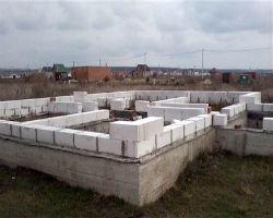 Фундамент ленточного типа под дом из пеноблоков