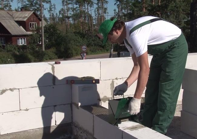 Каретка для бетона существенно упрощает процесс нанесения раствора на блоки