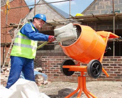Приготовление бетона с помощью бетономешалки