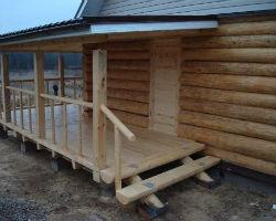 Пристройка к деревянному дому в виде крыльца