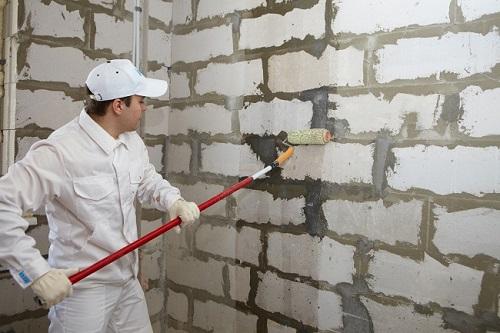 Покрытие стен из газобетона грунтовкой