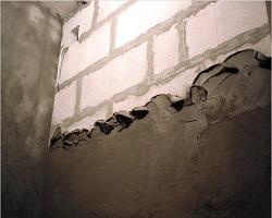 Песчано-цементная штукатурка на стене из пеноблока