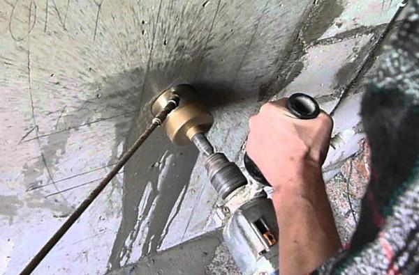 Сверление отверстий в бетоне с помощью перфоратора