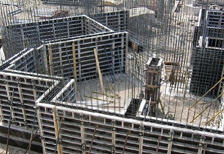 Бетон используется для заливки надежных фундаментов зданий и прочих железобетонных конструкций