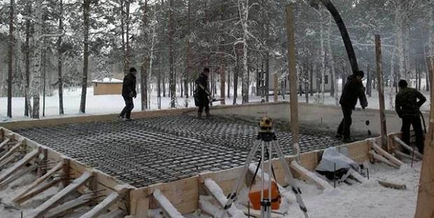 Противоморозные добавки в бетон позволяют не останавливать строительство на зимний период времени и улучшают морозостойкость готового бетона