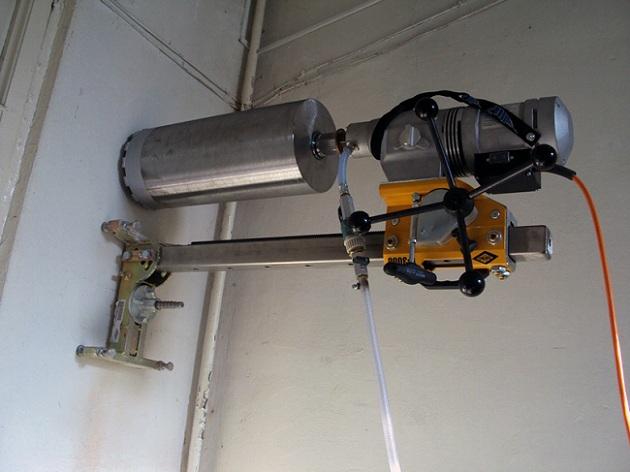 Аппарат для алмазного сверления отверстий в бетоне