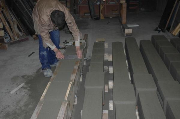 Изготовление бетонных столбов методом заливки в форму