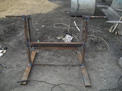 Опорная стойка для бетономешалки сваренная из уголков