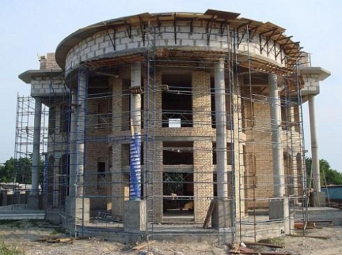 Использование круглых колонн для оформления фасада дома