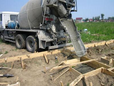 Подача бетона из автомиксера в опалубку