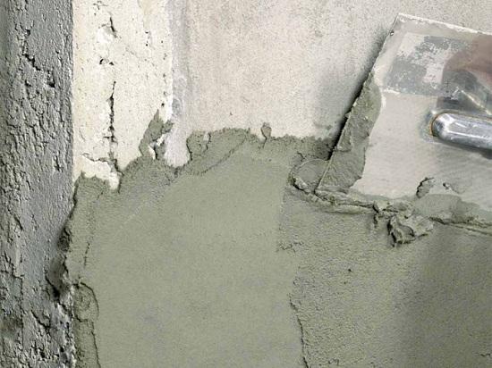 Перед тиснением штукатурят и тщательно выравнивают стену