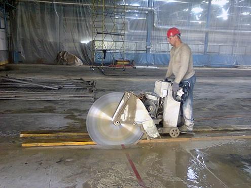 Процесс резки бетона алмазным диском