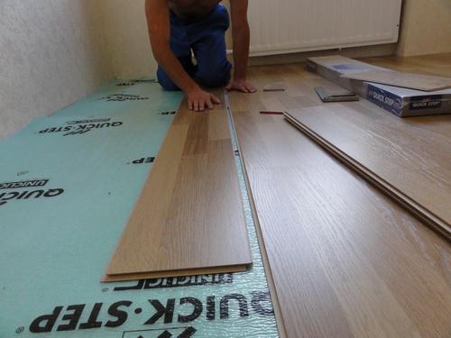Перед укладкой ламината, обязательно нужно подстелить подложку на бетонный пол и слой гидроизоляции