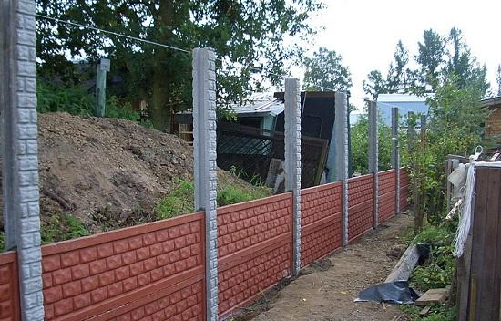 Установка секций декоративного бетонного забора