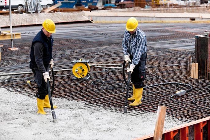 Для упрочнения структуры бетона его следует уплотнять виброинструментом