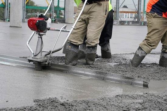 Уплотнение бетона поверхностным вибратором