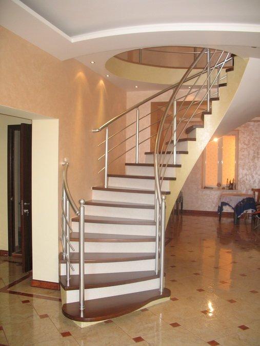Пример облицовки бетонной лестницы внутри дома