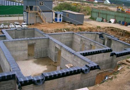 Прочность ЖБ блоков позволяет использовать их для возведения больших конструкций
