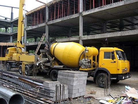 Для крупного строительства бетон заказывается на специальном заводе
