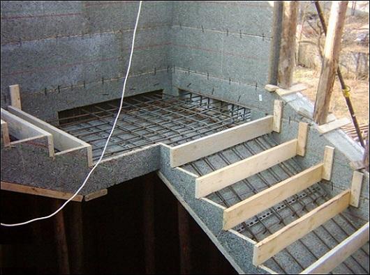 Пример опалубки для заливки бетонной лестницы