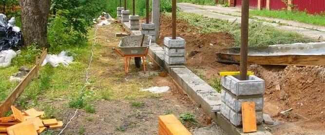 Процесс строительства столбов для забора из декоративных блоков