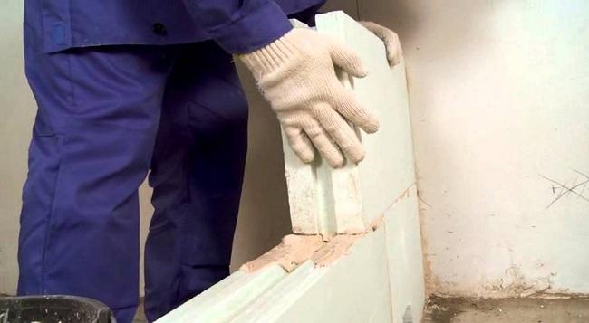 Крепить блоки между собой следует с применением специального клея