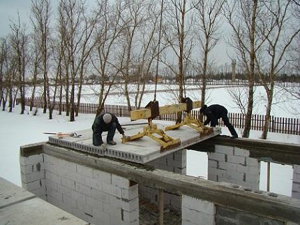 Укладка пустотных плит перекрытия при строительстве частного дома